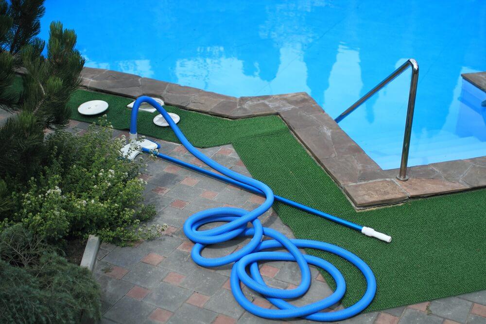 O que é mais barato, tratar água da piscina ou trata-la? | HTH Limpeza de Piscina