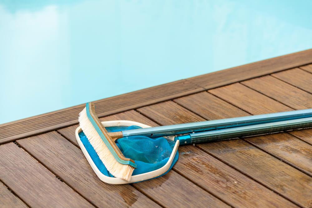 erros-que-voce-nao-deve-cometer-ao-limpar-uma-piscina