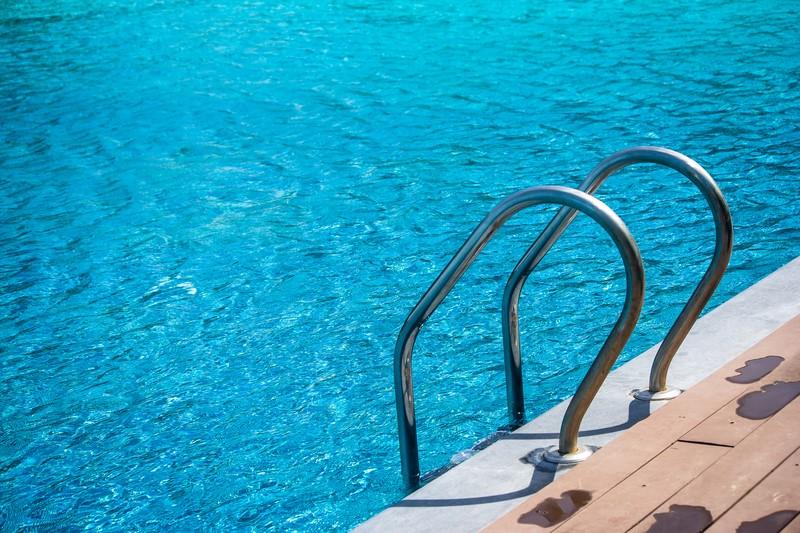 Como evitar cheiro forte na piscina | HTH Limpeza de Piscina