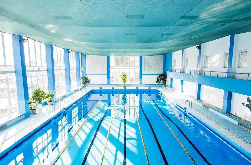 Piscina coletiva interna de uma academia de natação