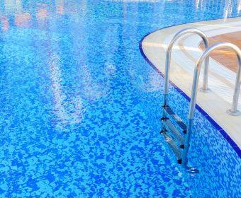 como reduzir ou elevar o pH da água da piscina - hth