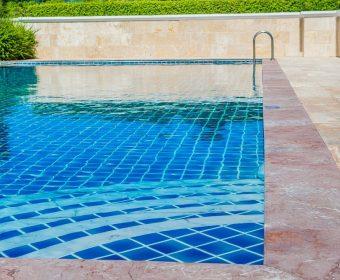 como remover manchas da piscina - hth