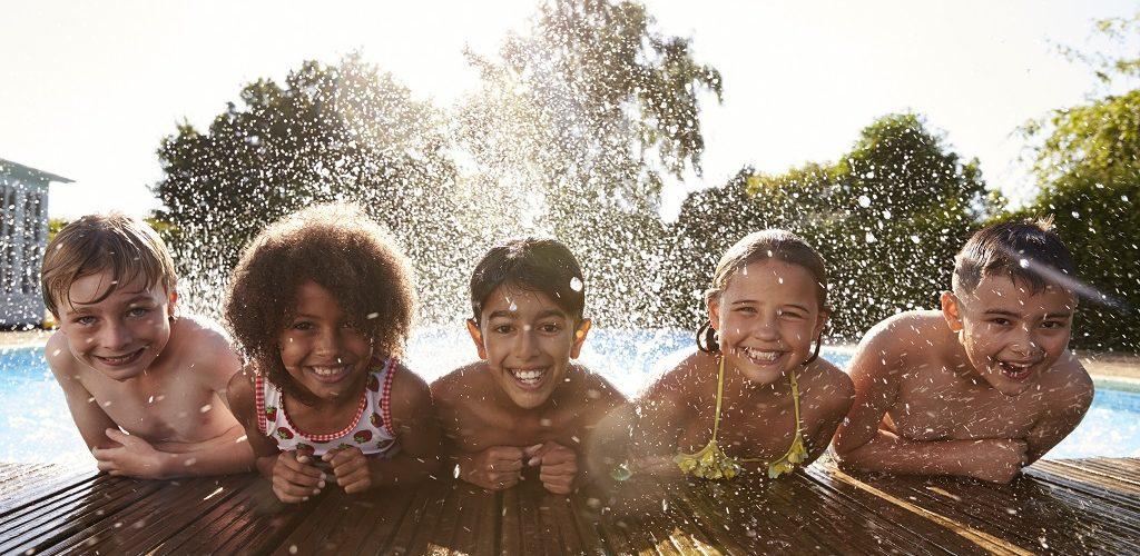 crianças na piscina durante o verão - hth